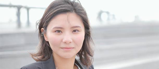 正面を向いて微笑む山下弘子さん
